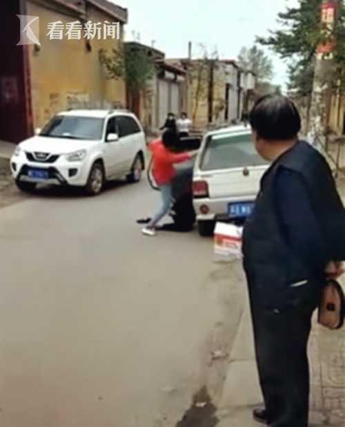 女子当街脚踹养母 村民劝阻无效后上前暴揍这个不孝女