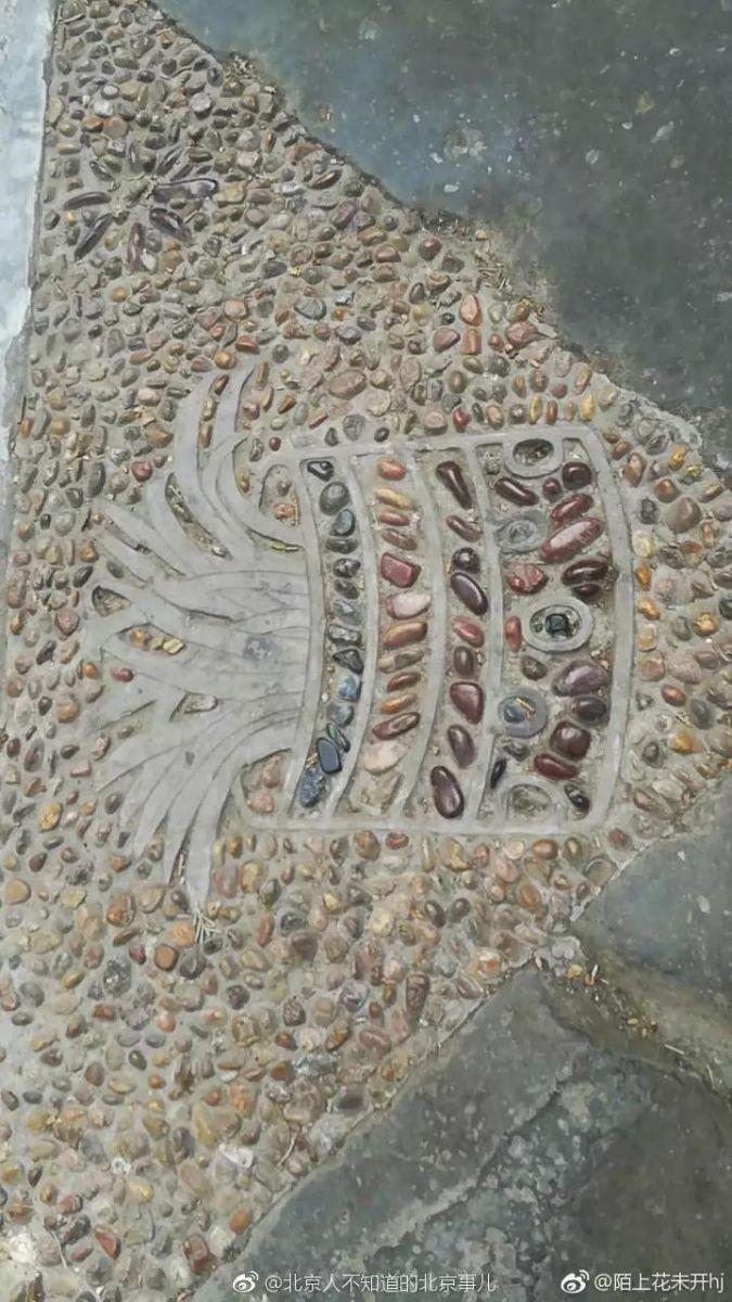 由于故宫博物院每日游客众多,原本多彩多样的小石子,许多也都被磨损得