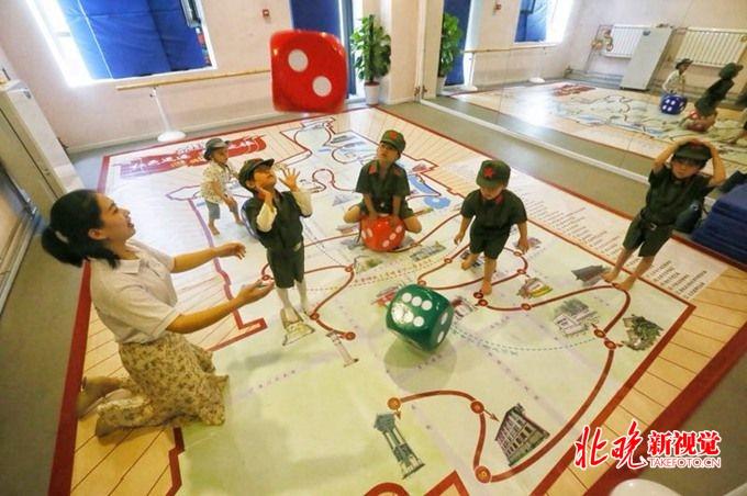"""西城区发布""""红色足迹,文化之旅""""游戏棋 供中小学生社区居民使用"""