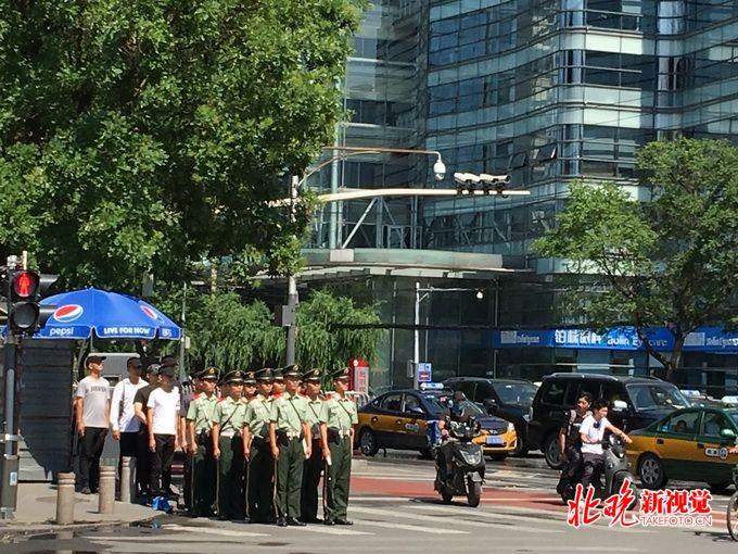 网上彩票代理:北京已达36℃!烈日高温之下武警战士是这样过马路的