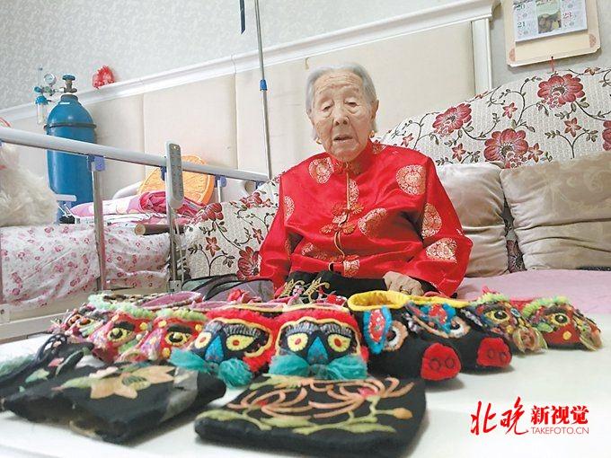 """北京赛车赌单双诀窍:北京""""巧手奶奶""""喜过百岁生日_为孙辈缝出百双猫儿鞋"""