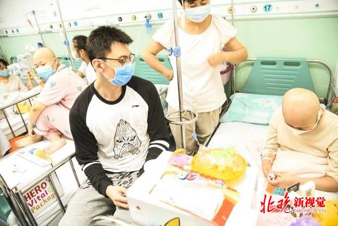"""北京首钢男篮球员看望白血病儿童送去""""首钢版好汉能量包"""""""