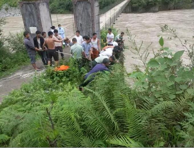 游客拍照失足坠崖:经多方救援 代理经销商授权书两名伤者已被送医