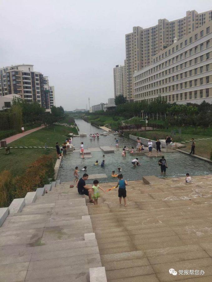 朝阳区弘燕社区菜市场斜对面的河道成了游泳池 希望有部门能管管