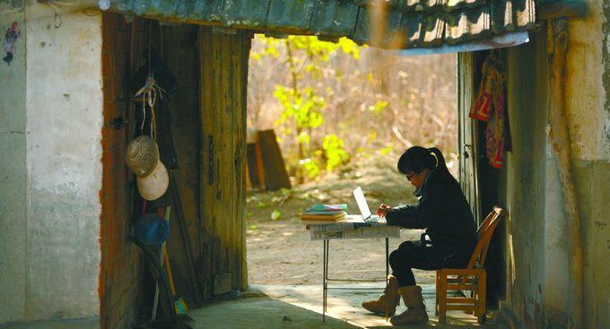 《穿过大半个中国去睡你》热度不减 余秀华再创作散文《无端欢喜》