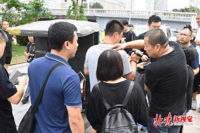 北京警方城管综合执法 上午建国门桥严查黑摩的