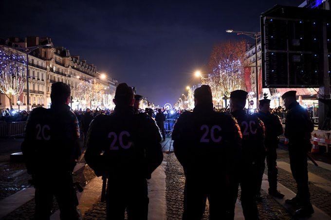 巴黎狂欢发生暴乱 香榭丽舍大街一直处于被警方的封闭的状微商代理9元女装态