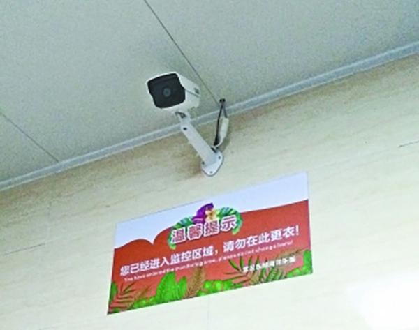 7月22日下午,记者在武汉东湖海洋乐园水世界女宾区储物间里看到