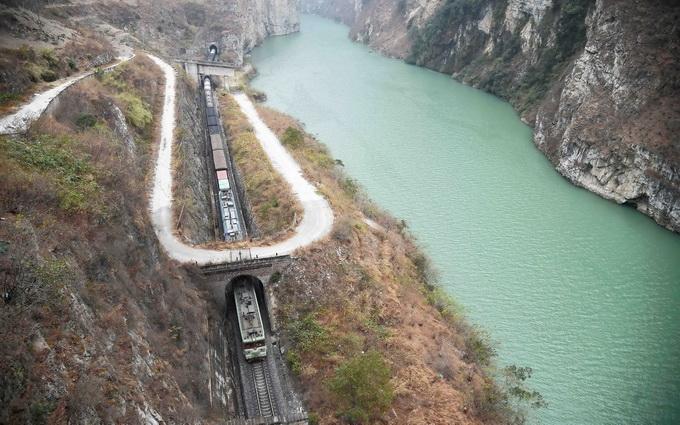成昆铁道水害地段偶然抢通 乘客列车开行年光待