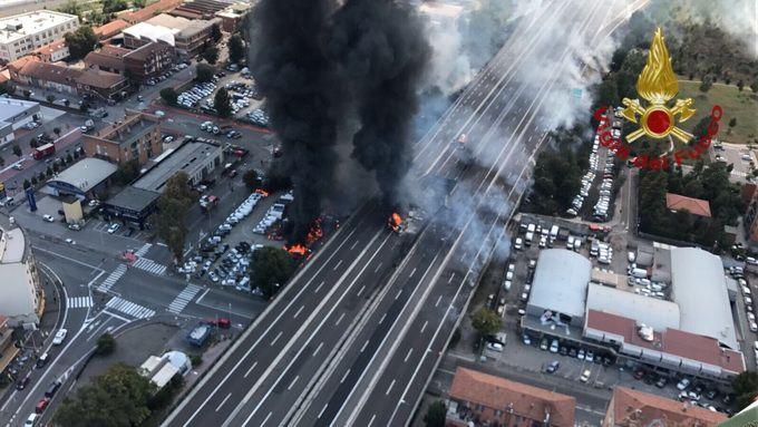 网上还可以买彩票吗:意大利一油罐车爆炸已致2人死亡数十人受伤_路面被炸出个黑色大坑
