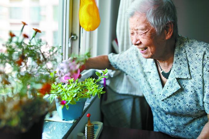 耄耋老人领养花花草草 享受田园之乐感悟生命轮