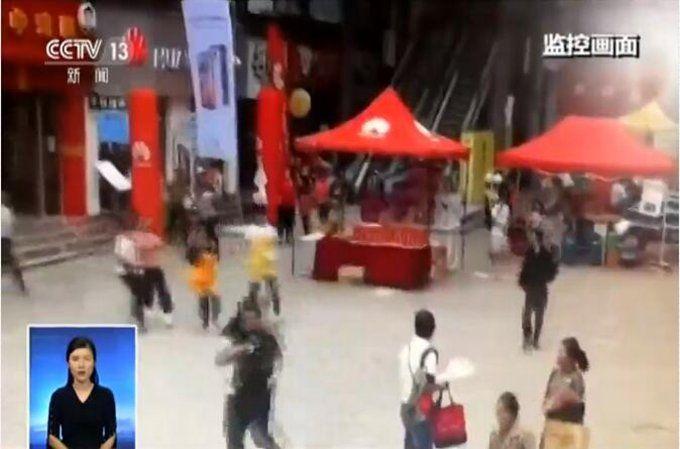 墨江地震发生瞬间:市民纷纷跑到室外避震 超市柜台商品散落一地(原创)