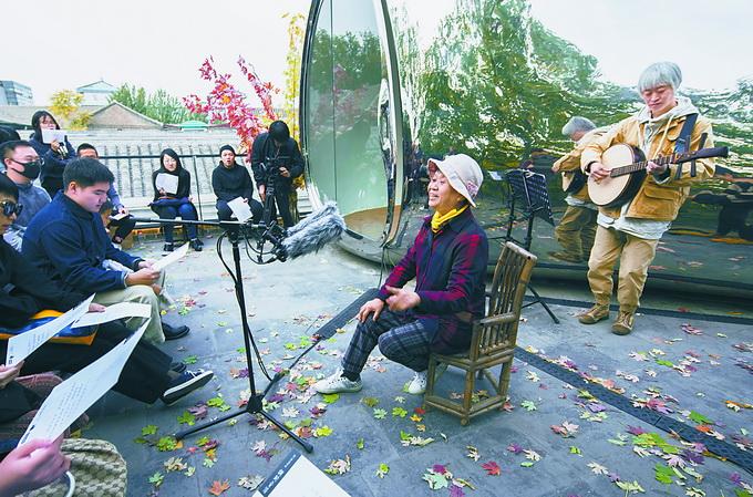 老人开胡同音乐会 听爷爷奶奶用童谣讲老北京故事