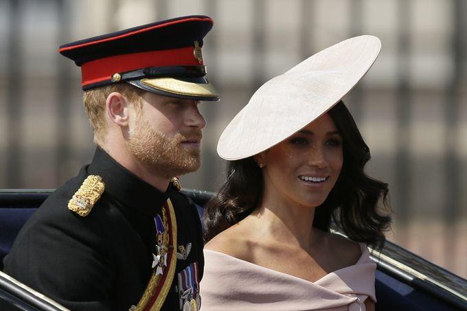 梅根王妃摸孕肚照可喜可贺。