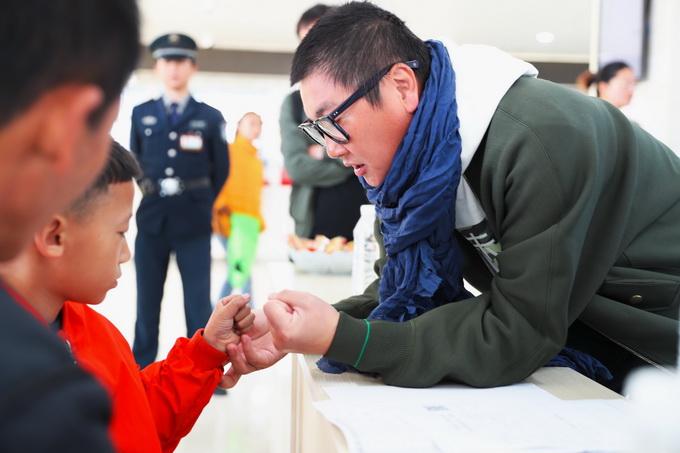 孙楠带队进云南帮扶救治残肢儿童 下乡入户将礼物送给边区孩子 北