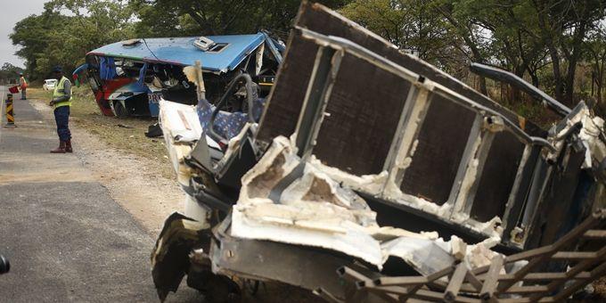 津巴布韦两小巴相撞,只因小巴发生爆胎后失控而相撞