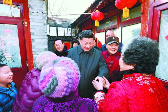 习近平春节前夕在京看望慰问基层干部群众:没有距离感 大家都点