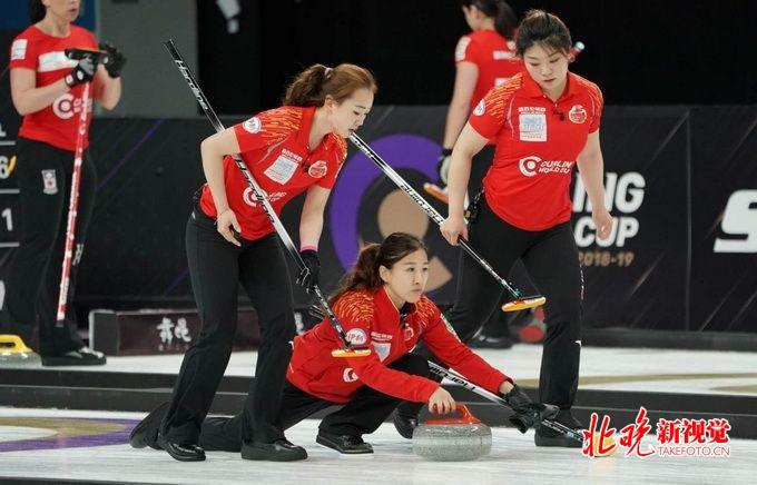 中国女子冰壶队1比4不敌加拿大队