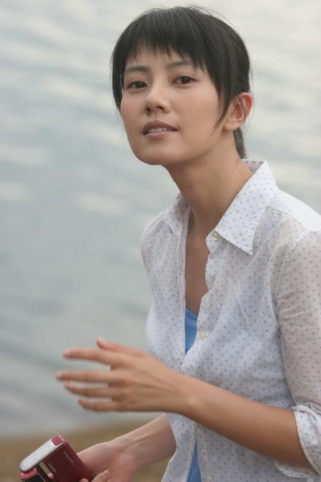 06年拍摄电影《男才女貌》的高圆圆,短发造型清爽干练.