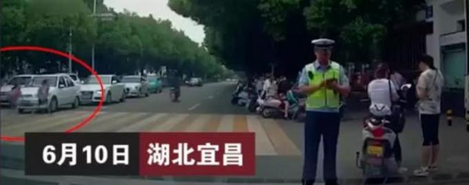 学生斑马线被撞飞,一辆小车从后方突然冲出,这段视频让网友怒了