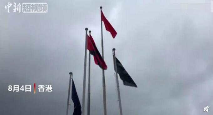 香港市民升起國旗,路人敬禮動作讓人淚目,他們接受采訪時這么說