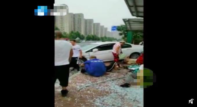 轿车失控撞站台,现场8人受伤,警方通报透露失控原因