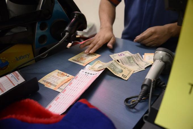 女子想向老公证明买彩票浪费钱,却意外命中100万美元大奖