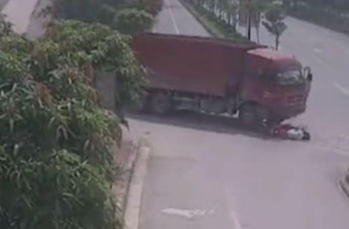 15岁少年骑摩托车逆行身亡视频曝光,出事前在玩手机,太儿戏了