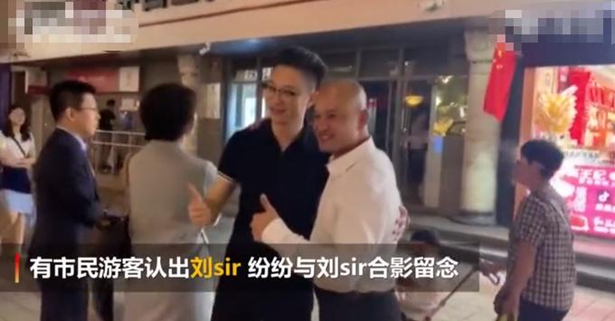 香港光头警长刘sir夜游王府井,好奇自己为何一眼被认出