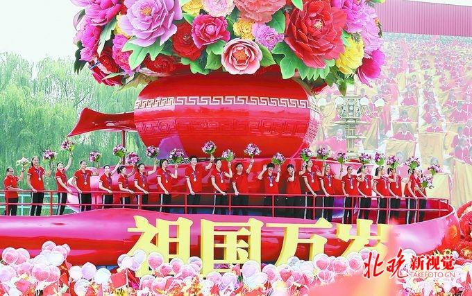 """女排压轴亮相,郎平、赖亚文、朱婷等出现在""""祖国万岁""""的彩车上"""
