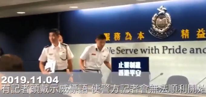 """戴着贴字头盔示威,""""黄媒""""又捣乱!香港警方记者会被迫取"""