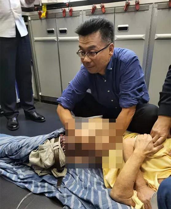 """高空生死救援!他在飞机上帮助医生为老人""""吸尿"""",获十万元奖励"""
