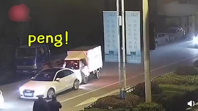 女儿报警爸爸开车撞了妈妈的车是怎么回事?交警:丈夫全责