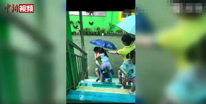 推荐 老师暴雨中接力背40名孩子回教室,全身湿透!网友:暖暖的心