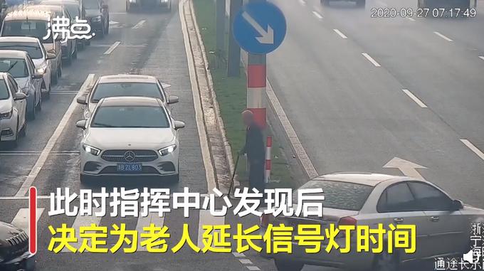 """推荐 暖心!宁波路口信号灯摁下""""暂停键"""",绿灯为过马路老人多亮了97秒"""