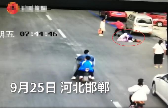 热点|女子当街遭前男友驾车碾压,路人冒险出手将其救下,监控曝光!
