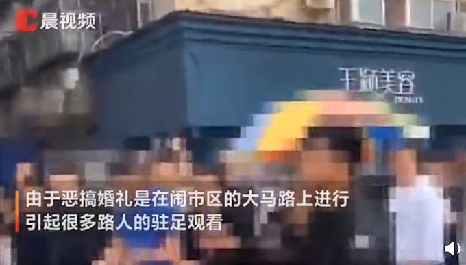 河南一小伙结婚在街上被脱得只穿内裤,还被关铁笼浇绿漆,网友:过分了