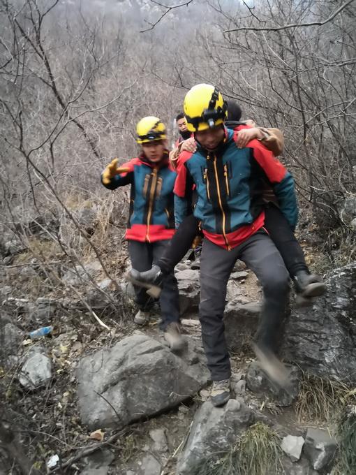11驴友被困箭扣 救援人员花近12个小时完成营救任务