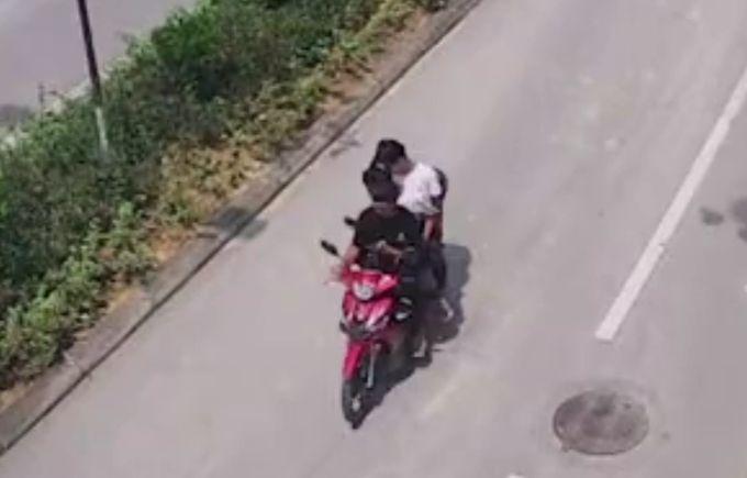 15岁少年骑摩托车逆行身亡视频曝光,出事前在玩